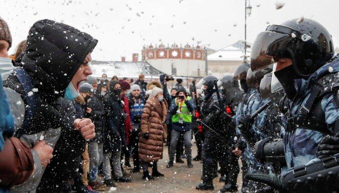 Krievijā protestos pret Navaļnija apcietināšanu vairāk nekā 5000 aizturēto; viens protestētājs aizdedzinājies (plkst. 22.15)