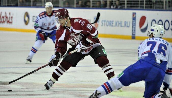 Rīgas 'Dinamo' KHL spēlē viesojas pie spēcīgās SKA komandas