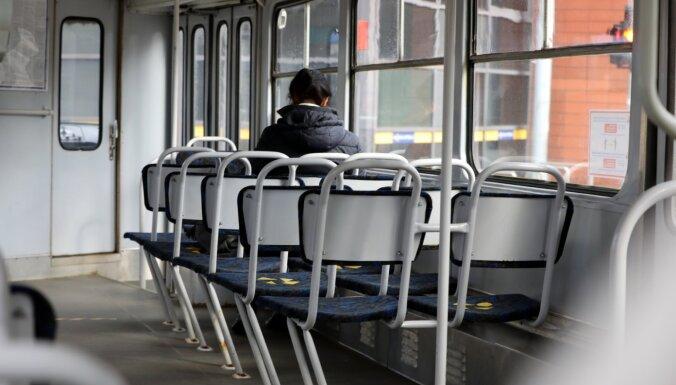 Rīgā pensionāriem daļēji atjauno atlaides braukšanai sabiedriskajā transportā