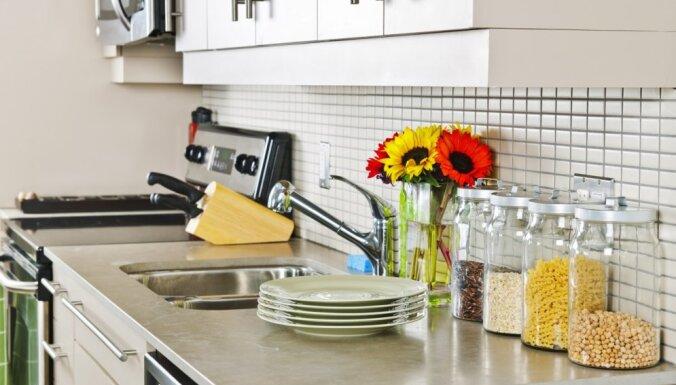Kā ievērot interjera aktualitātes mazā virtuvē?