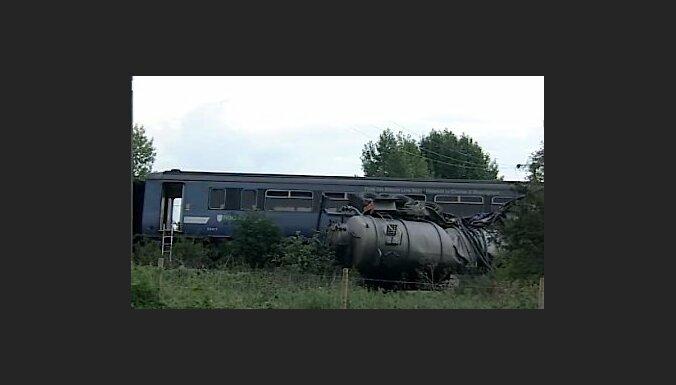Lielbritānijā vilciens saduras ar kanalizācijas auto; 21 cietušais