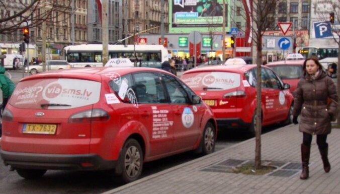 Таксистов обязали указывать расценки на передней панели в салоне