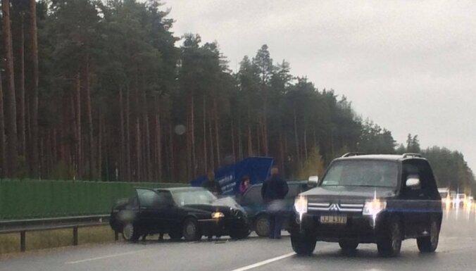 Pēc trīs auto sadursmes atjaunota ceļu satiksme pie Baltezera