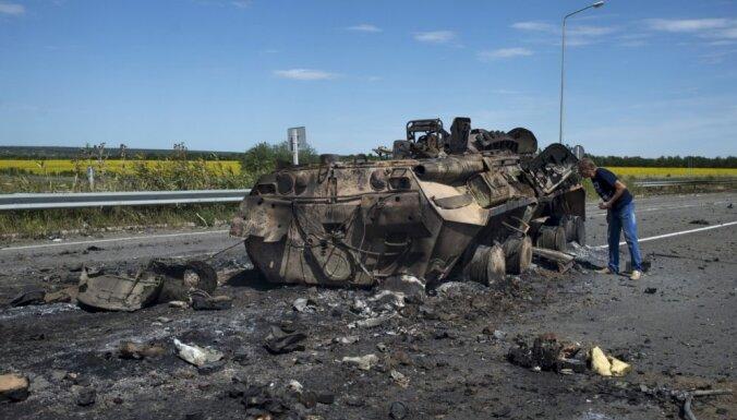 Ukrainas ciemos notiek smagas kaujas; robežpostenim uzbrūk 10 tanki un 200 kaujinieki