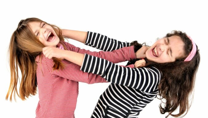 Bērni pa Uzticības tālruni sūdzas par atbalsta trūkumu no vecākiem, mobingu skolā un fizisku vardarbību