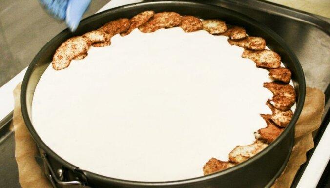 Ceptā siera kūka ar āboliem un brūklenēm