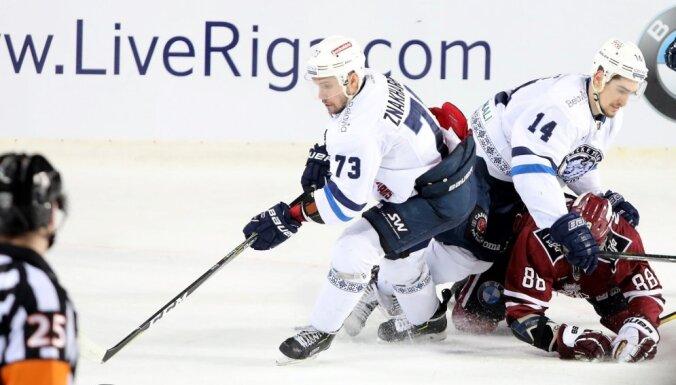 Video: Rīgas 'Dinamo' sagādā hokeja svētkus Purvciemā