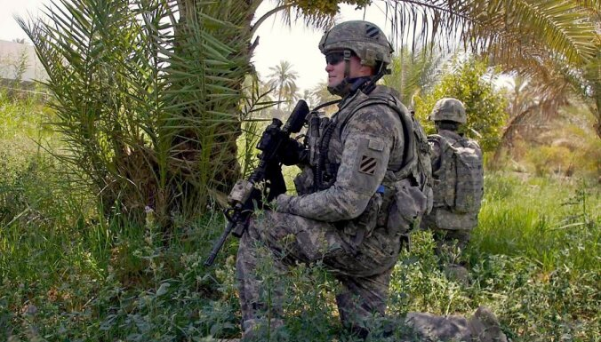 epa02251727 US soldiers take up position during a patrol at a village ,east of the holy city of Karbala, southern Iraq, on 17 July 2010. The US withdrawal from Iraq is planned for 2010 as part of the security agreement between the Iraqi government and the