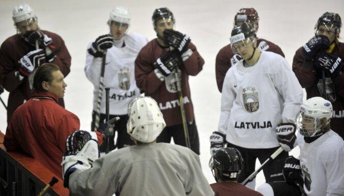 Latvijas hokeja izlases treniņiem pievienojies aizsargs Krišs Lipsbergs