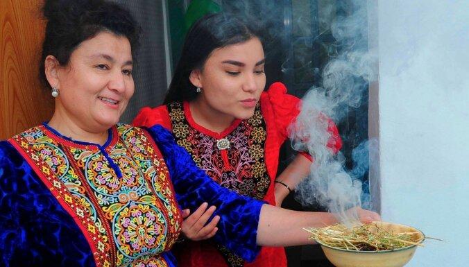 Covid-19: Turkmenistānā ierēdņiem un skolēniem līdzi jānēsā lakricas sīrups