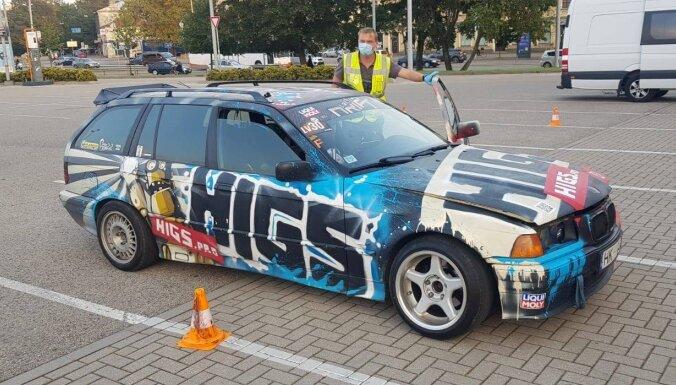 Foto: Policijas reidā Rīgā kārtējam drifta BMW atņem numurzīmes