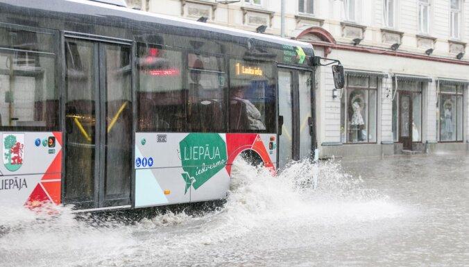 Синоптики объявили желтое предупреждение: Латвию заливает сильными дождями