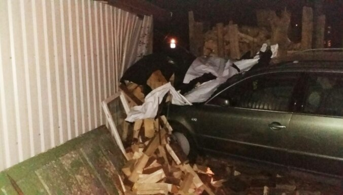 Пьяный водитель врезался в ограждения, а затем в стену сарая