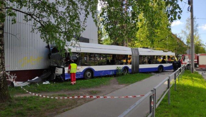 Trolejbusa un 'Mercedes' avārija Ķengaragā: vieglā auto vadītājs bijis alkohola reibumā