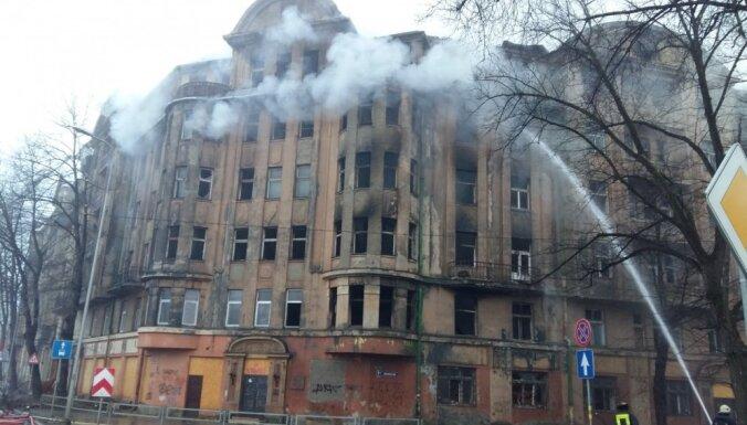 Policija sākusi kriminālprocesu par ugunsgrēku sešstāvu graustā Raņķa dambī