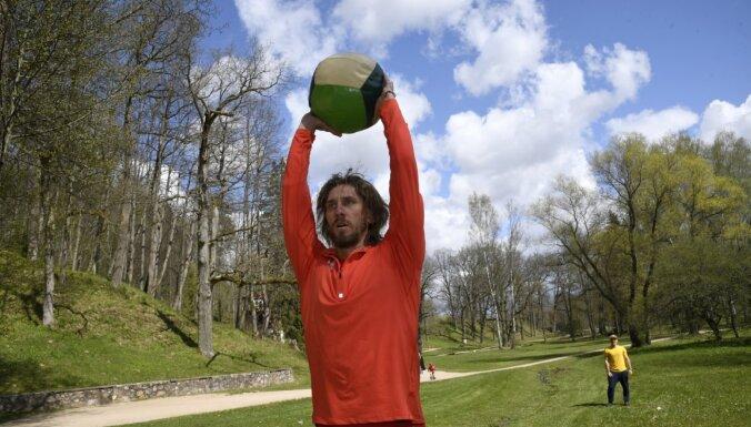 Foto: 'Bīčists' Samoilovs Siguldā trenējas un skrien trepītes