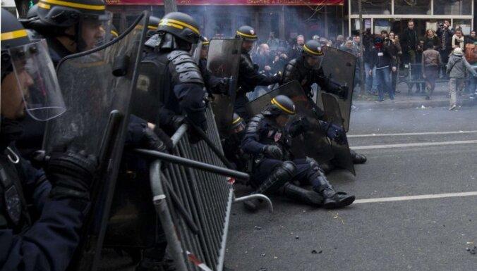 В Париже полиция применила слезоточивый газ против демонстрантов-экологов