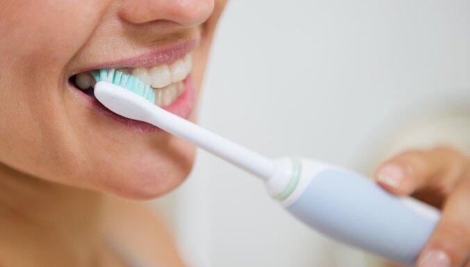 sieviete zobi mute zobubirste