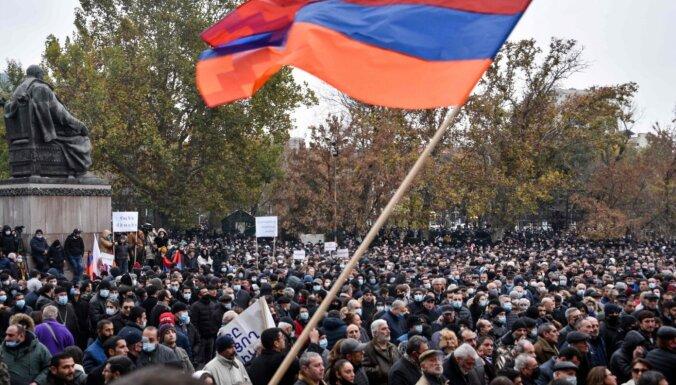 Оппозиционеры ворвались в здание Ереванского госуниверситета