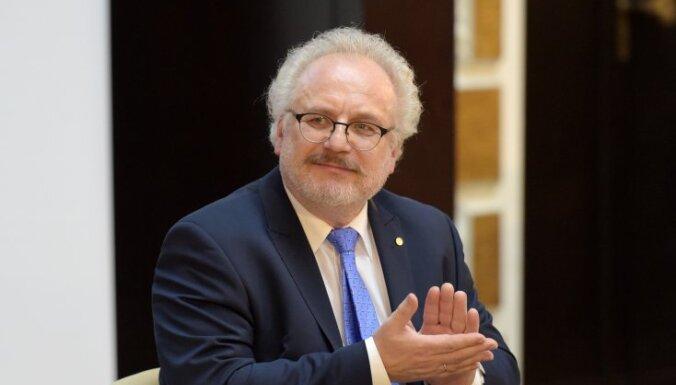 ФОТО: Эгил Левитс поздравил латвийских победителей международных олимпиад по учебным предметам