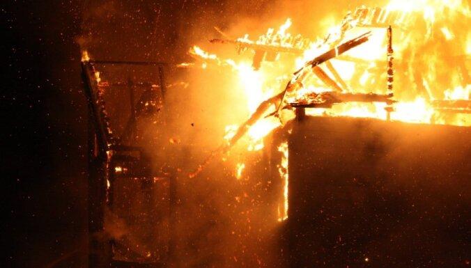 Под Добеле открытым пламенем горел дом: один пострадавший госпитализирован