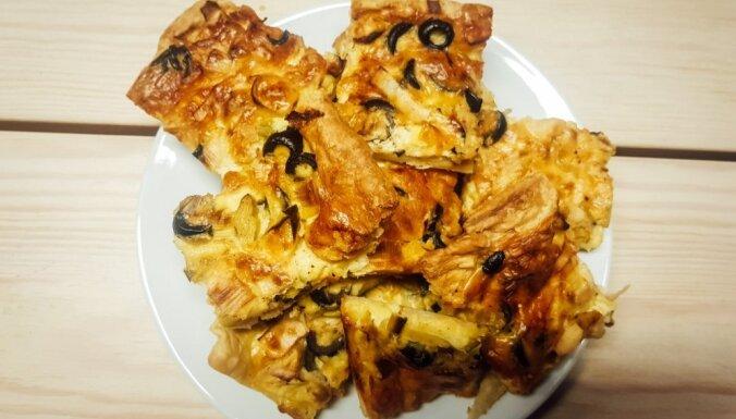 Sātīgs kārtainās mīklas kišs ar sieru, puraviem un olīvām
