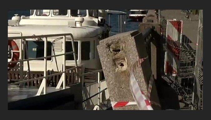 Речной кораблик неудачно причалил в центре Риги