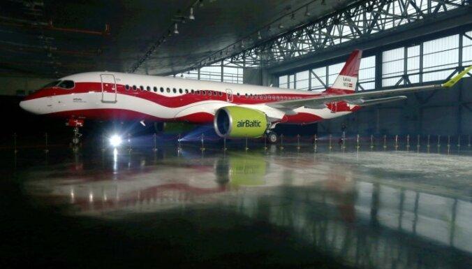ФОТО: airBaltic раскрасила самолет в цвета литовского флага
