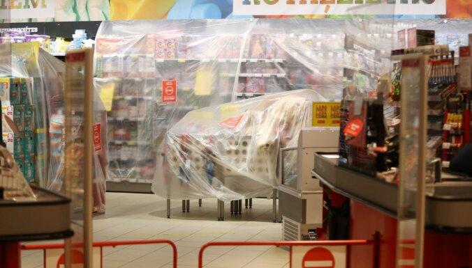 """ФОТО: Магазины отгораживают """"запрещенные"""" товары пленкой и лентами"""