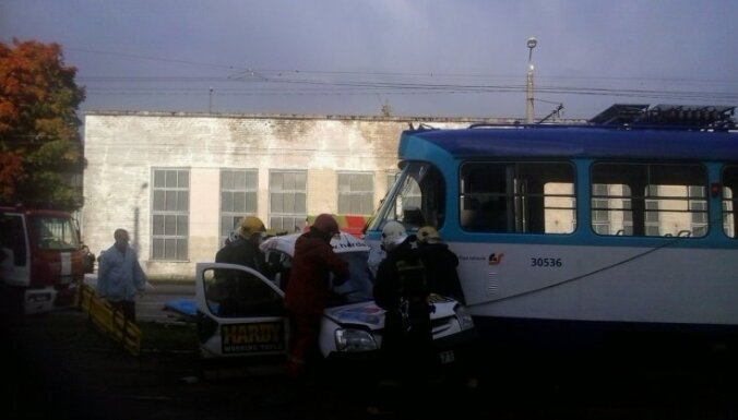 Трамвай врезался в авто: один пострадавший в тяжелом состоянии