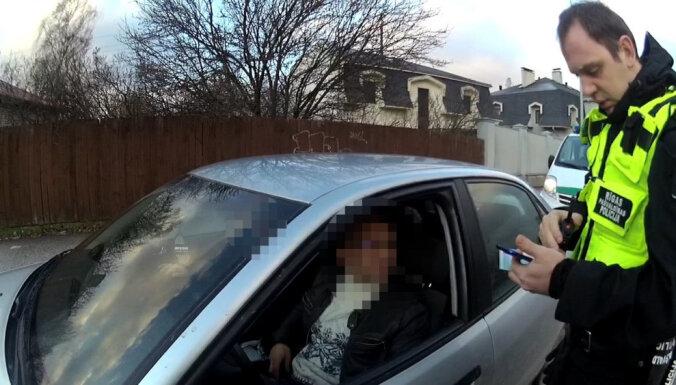 Autovadītājs bez tiesībām mēģina izsprukt no likumsargiem, uzdodoties par citu personu
