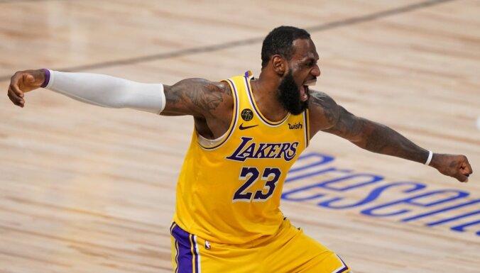Džeimss un Deiviss tuvina 'Lakers' 17. titulam