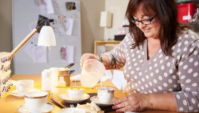Krūzē, burciņā un pat apelsīnā – idejas sveču liešanas trauciņiem