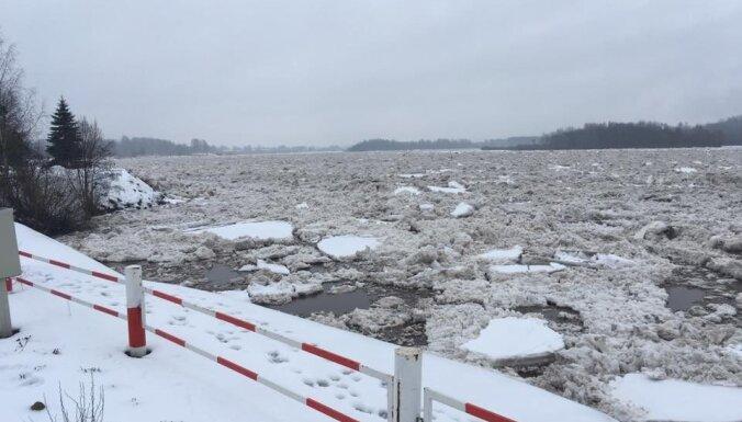 Ūdens līmenis Daugavā pazeminājies; situācija Pļaviņās kļuvusi mierīga