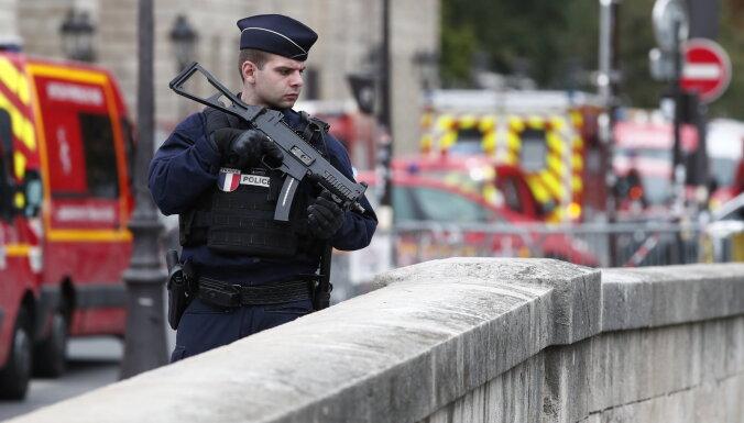 Saistībā ar Parīzes policistu slepkavu aizturēti pieci cilvēki, ziņo avoti