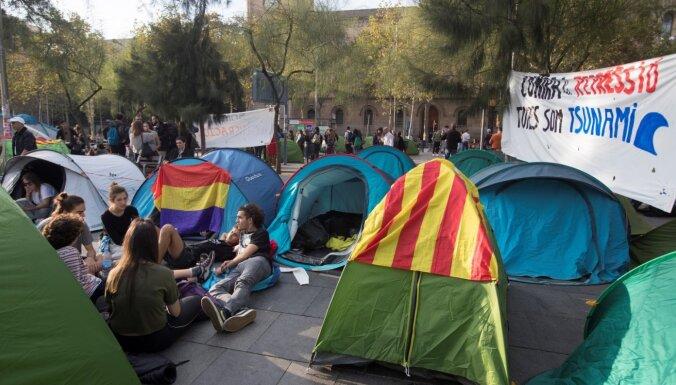 Protestētāji ierīko nometni Barselonas centrā