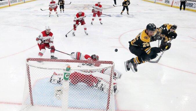 'Bruins' pārliecinoši apspēlē 'Hurricanes' un konferences finālā gūst otro uzvaru