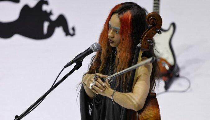 Foto: Cēsīs izskanējis Kelsijas Lu un grupas 'Ezeri' koncerts