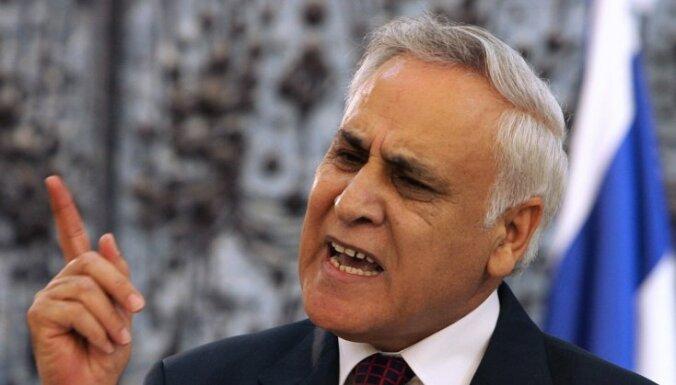 Izraēlas eksprezidentu atzīst par vainīgu izvarošanā
