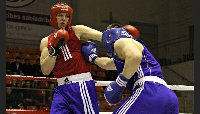 Скандал на крупном турнире: боксер избил рефери прямо на ринге (ВИДЕО)