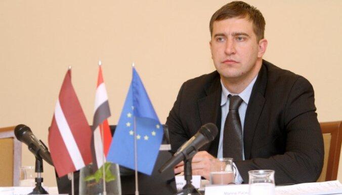 NP: Bijušais diplomāts Brēmanis Latvijas vārdā tirgojas ar termiņuzturēšanās atļaujām