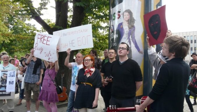 В Риге у посольства РФ прошла акция в поддержку Pussy Riot