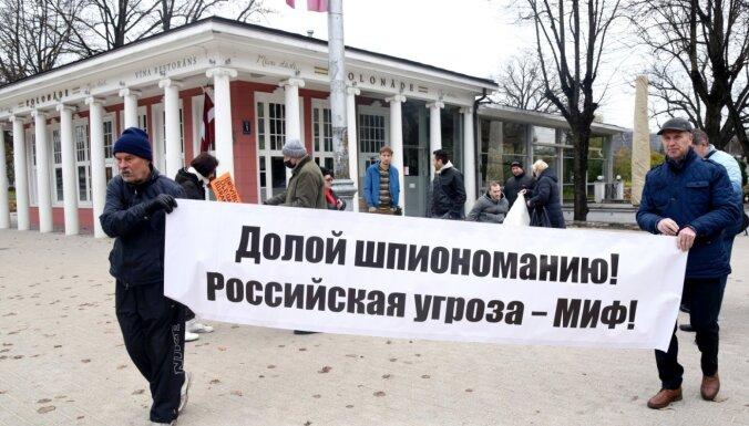 ФОТО: у памятника Свободы в Риге прошел пикет в поддержку осужденного за шпионаж Бурака