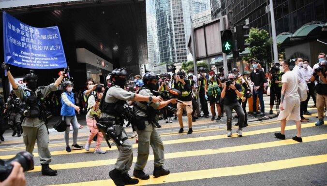 Protesti Honkongā: policija izgaiņā demonstrantus ar piparu gāzi