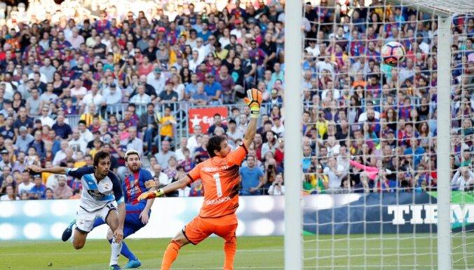 Lionel Messi scores Deportivo goalkeeper German Lux, Alejandro Arribas
