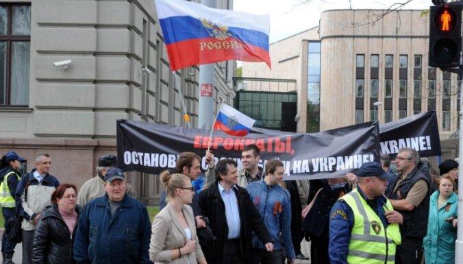 Пророссийские активисты провели шествие против террора на Украине