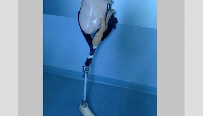 Policija atradusi kājas protēzi; meklē tās īpašnieku