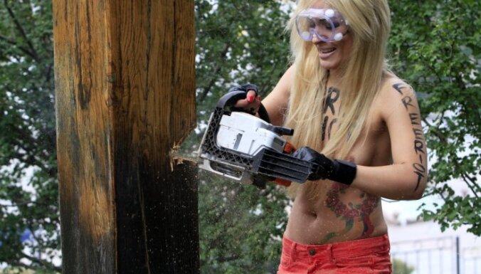 Украинские националисты восстановили крест, спиленный FEMEN