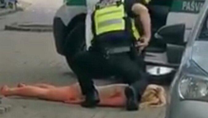 Полицейские задержали в Старой Риге голую женщину с ножом