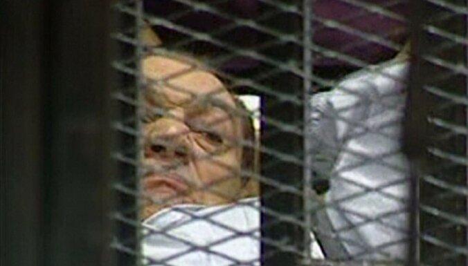 Отбывающий пожизненное заключение Хосни Мубарак получил травму головы